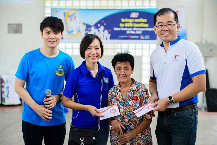 In a joint effort with Fairprice and F&N, we distributed 600 food packs containing Fairprice housebrand products and Nutrisoy beverages to one-room rental units at Jalan Tenteram. A total of 100 volunteers from Fairprice, F&N and SKM, took part in this initiative.
